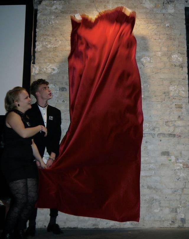Der magische Moment - unsere Geschäftsführer lüften das Geheimnis, was sich hinter dem roten Vorhang verbarg