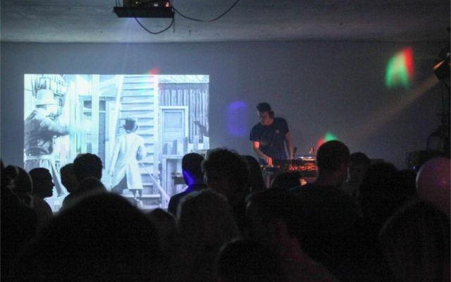Nach der Präsentation wurde ausgelassen gefeiert - hier legt DJ Splotch neben bewegten Bildern von Charlie Chaplin auf