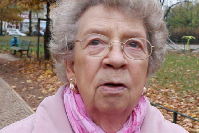 Edith ist 83 Jahre alt. Sie erzählt, wie Geräte ihren Alltag vereinfachen, während sie Zuhause ihren Mann pflegen muss.