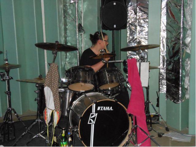 Liliana spielt nicht nur gerne Schlagzeug im ORWOhaus, sie hat dort auch eine zweite Familie gefunden.