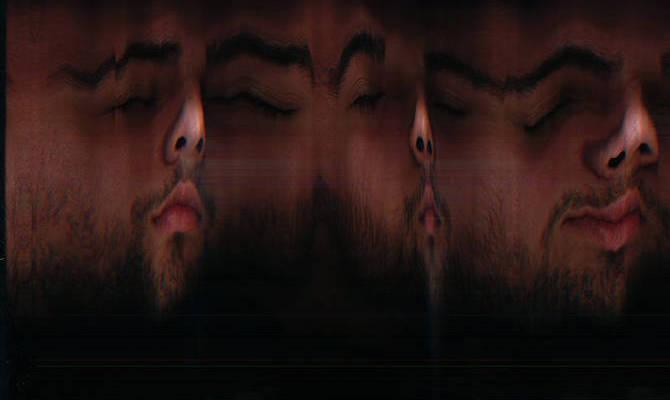 Auf und ab: Akash Collet, der Künstler selbst, zeichnet Wellen mit seinem Gesicht.  © Akash Collet