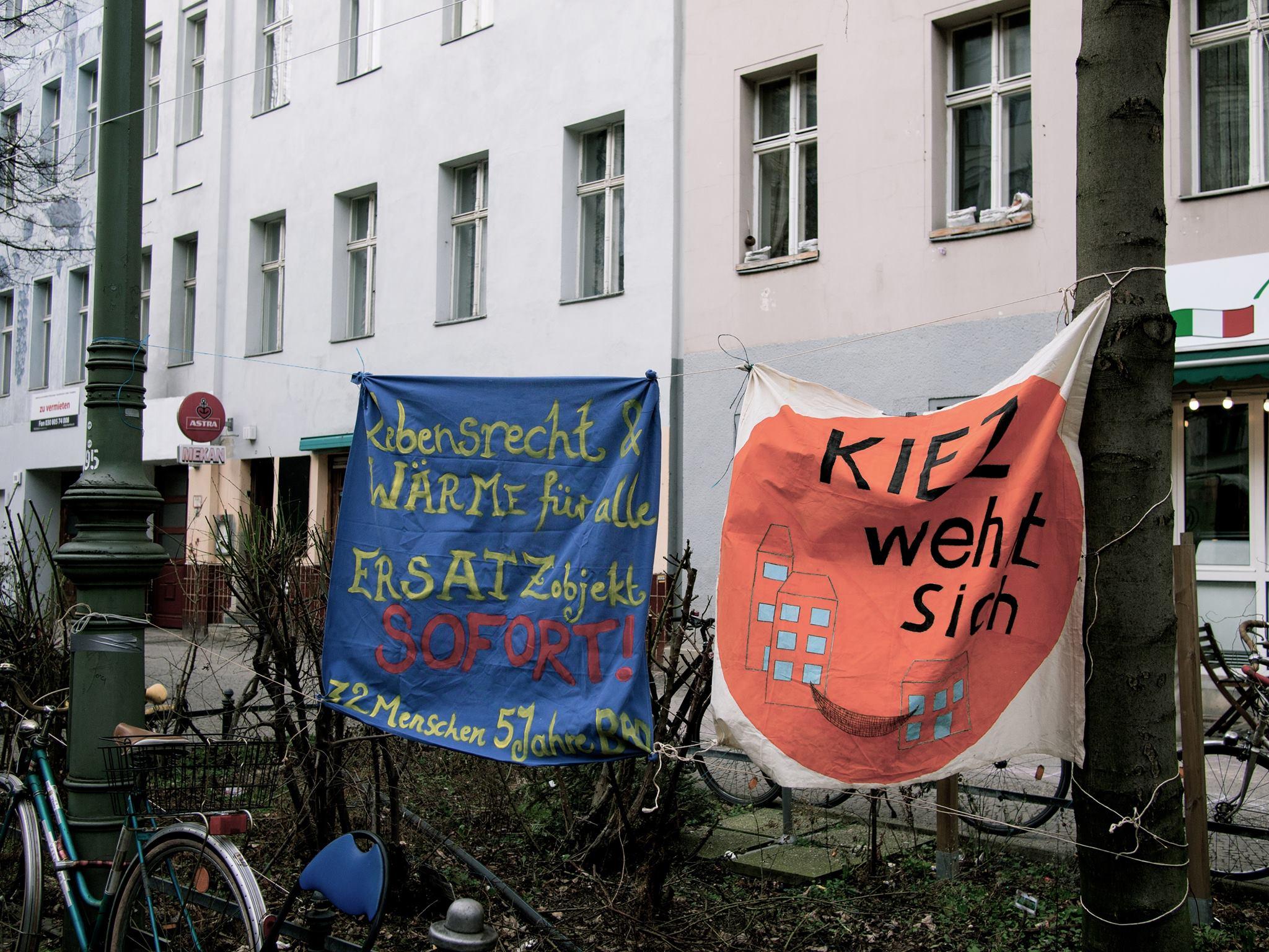 Demoplakate - Berlin erhöht Mieten trotz Mieten Mietpreisbremse
